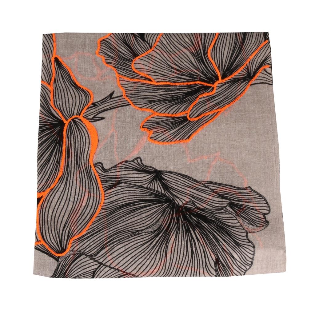 826cf1d99c4 Tento luxusní šátek je vyroben ze 100% bavlny. Šátek Fraas má na sobě  překrásné růže.