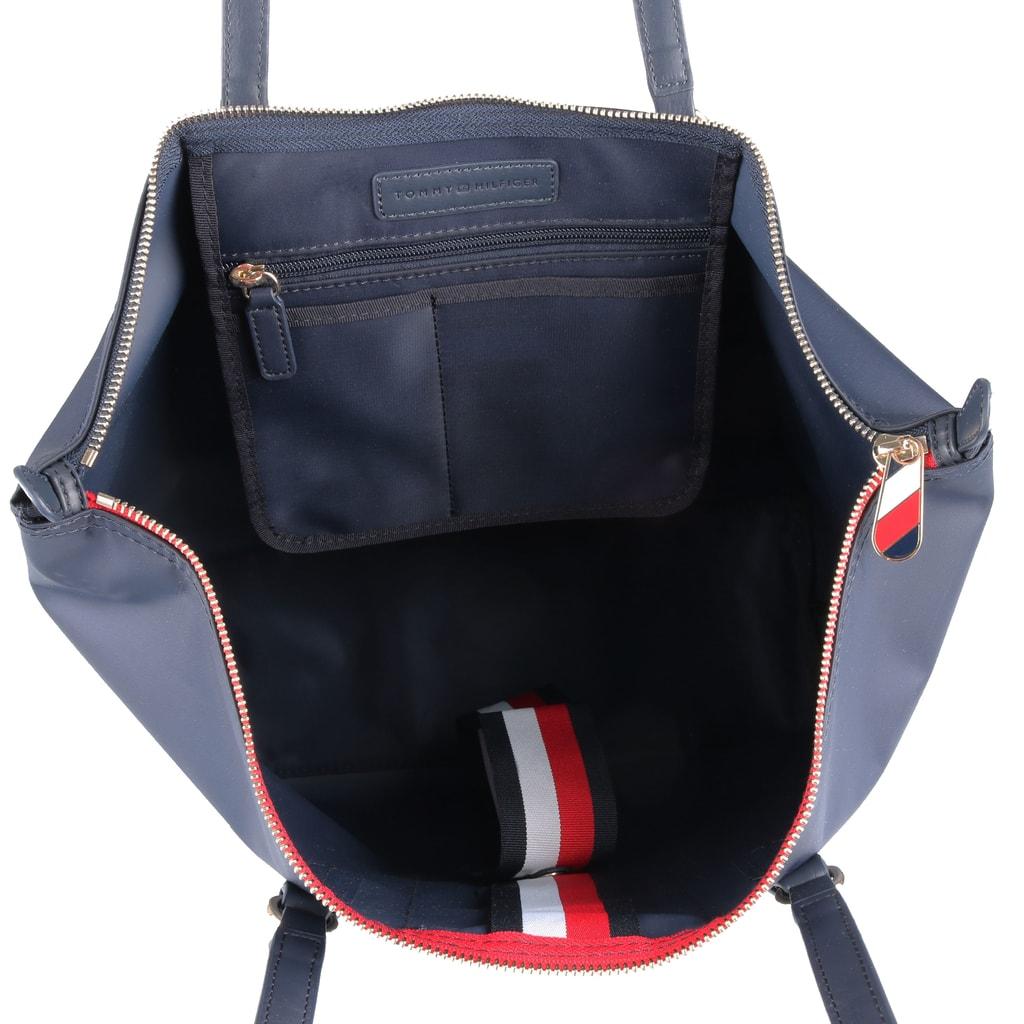 Uvnitř dámské kabelky Tommy Hilfiger najdete praktickou zipovou kapsu na  drobnosti a dvě otevřené přihrádky vhodné na klíče 300d42142c0