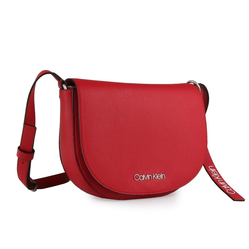 09df30637f22 Calvin Klein Dámská crossbody kabelka Neat Medium Saddle K60K604408 -  červená