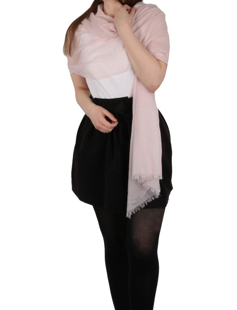 2100c2ba307 Šátek si můžete přehodit přes ramena a módně tak doplnit svůj outfit.