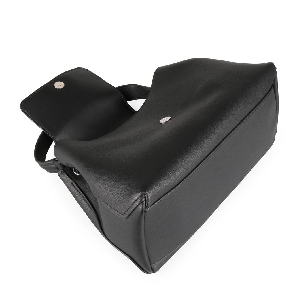 Dámská kabelka Calvin Klein je uzavíratelná klopnou a magnetem. Na přední  straně zdobena výraznou kovovou sponou a odnímatelným řetízkem. 2b5ab81a91d