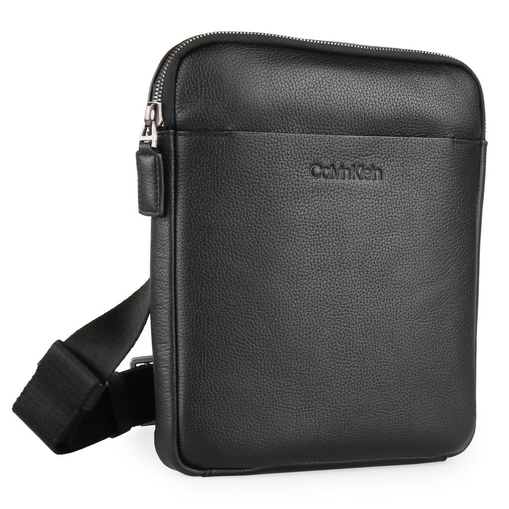 Stylový pánský messenger v kompaktní velikosti od značky Calvin Klein je  ideální na denní nošení. deb1f538ce