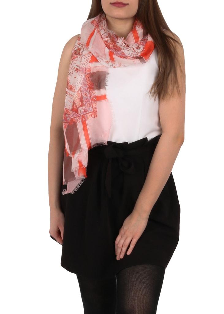 Dámský šátek od značky Fraas lze díky obdélníkovému tvaru nosit na mnoho  způsobů. efe05c4e8b