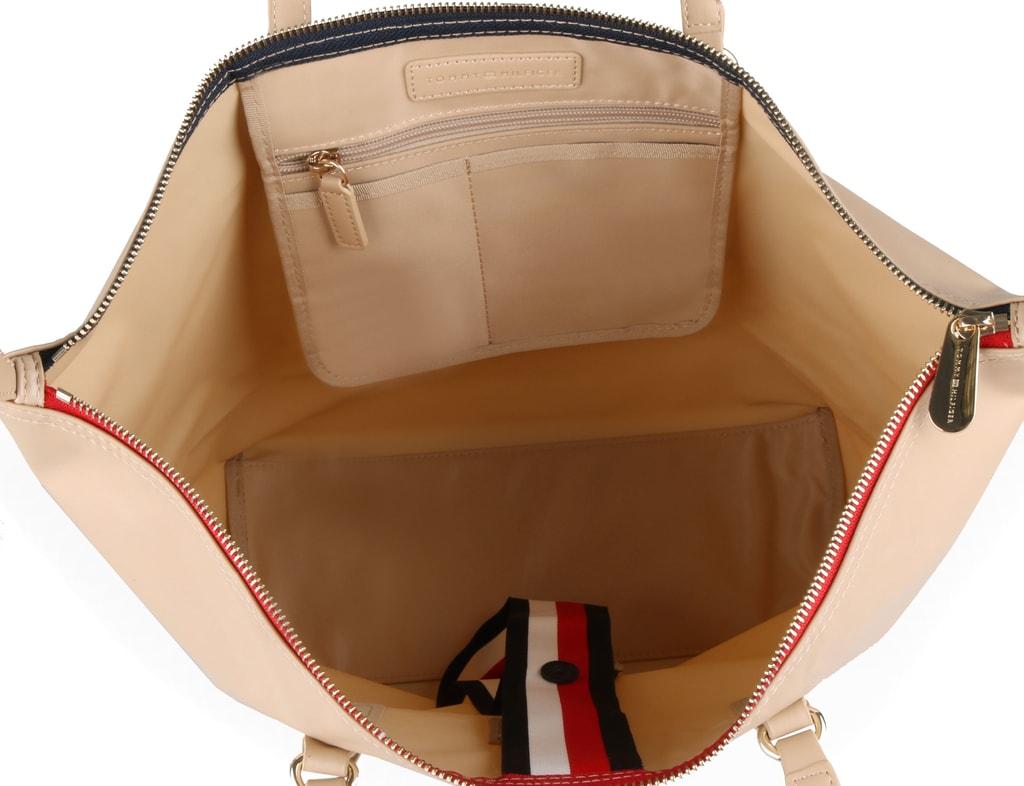 Uvnitř dámské kabelky Tommy Hilfiger najdete praktickou zipovou kapsu na  drobnosti a dvě otevřené přihrádky vhodné na klíče e23970baa79
