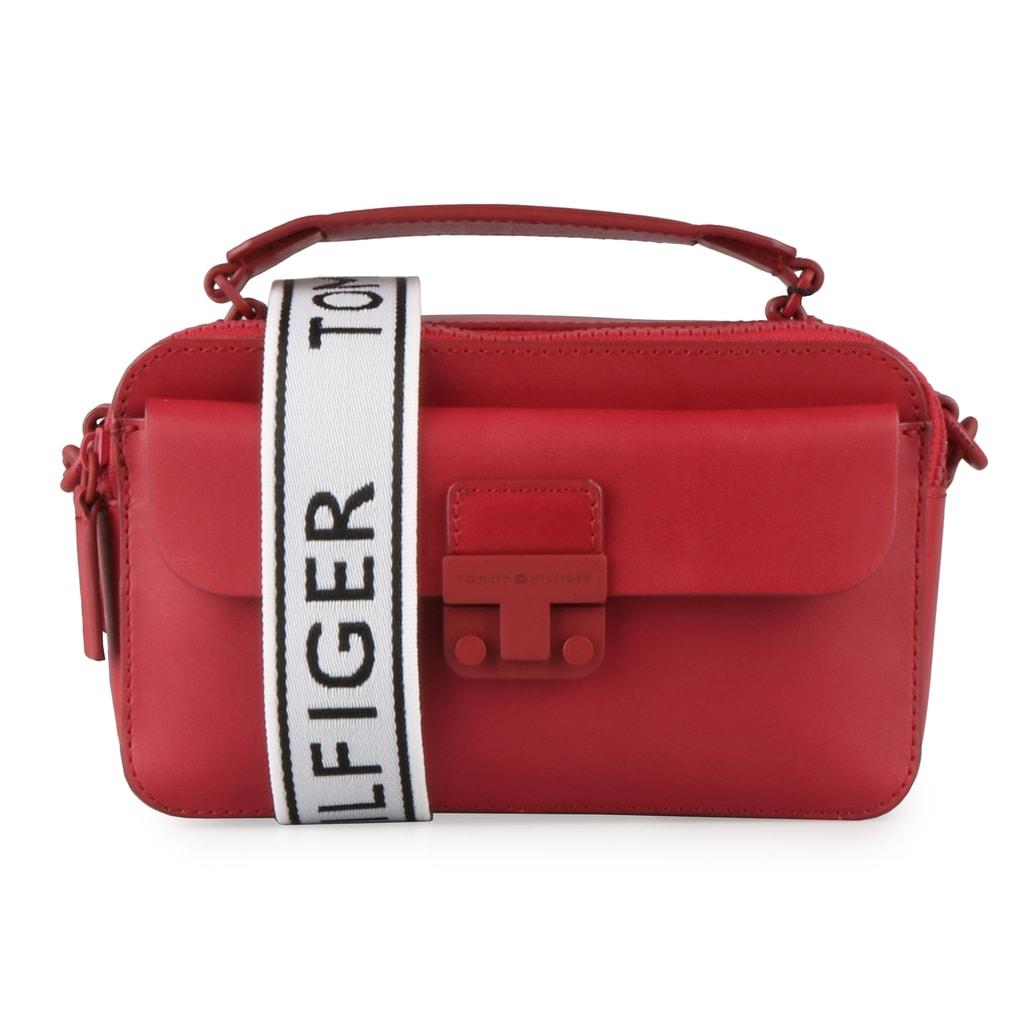 Tommy Hilfiger Dámská kožená crossbody kabelka Fashion Hardware AW0AW05833 - červená