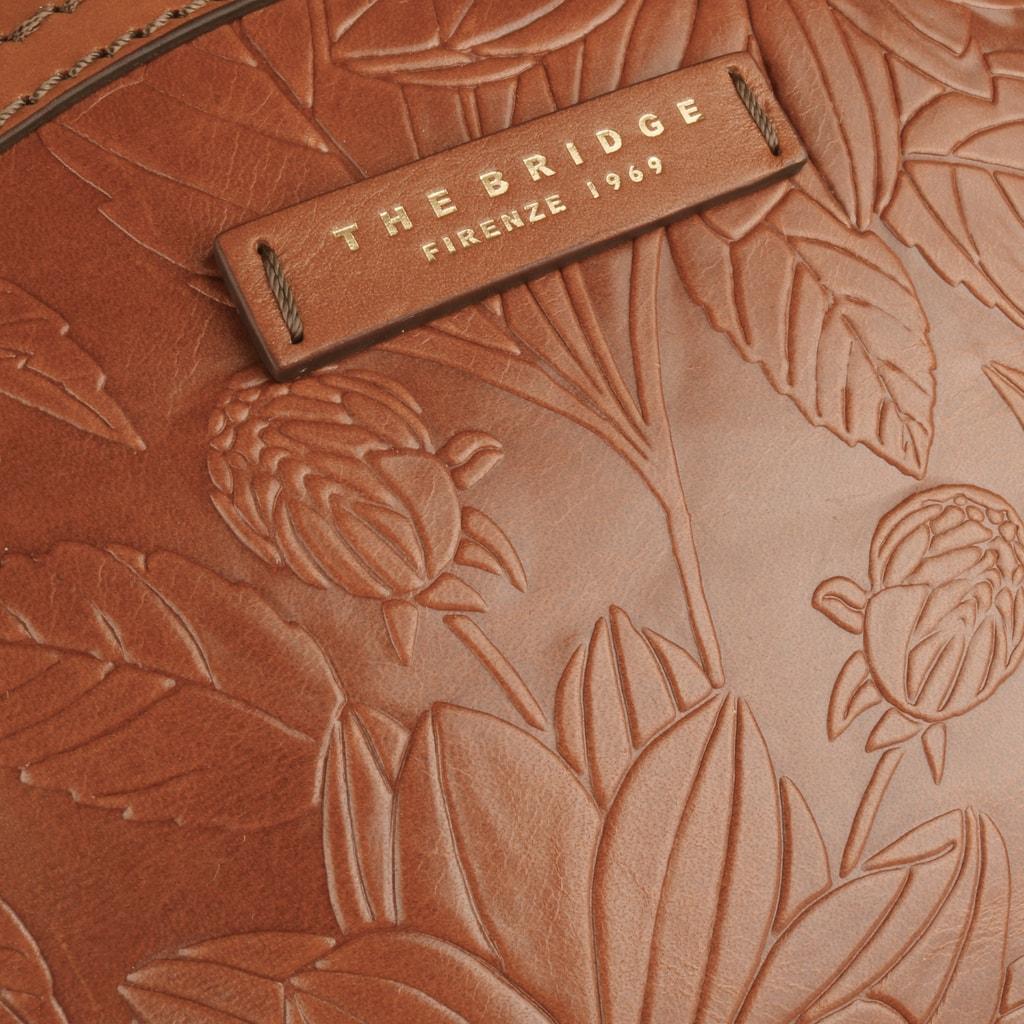 3fc0086c8e4 Dámsky batoh z kolekcie Capraia je vyrobený z prvotriednej kože. Prednú  stranu zdobia elegantné motívy kvetov. THE BRIDGE