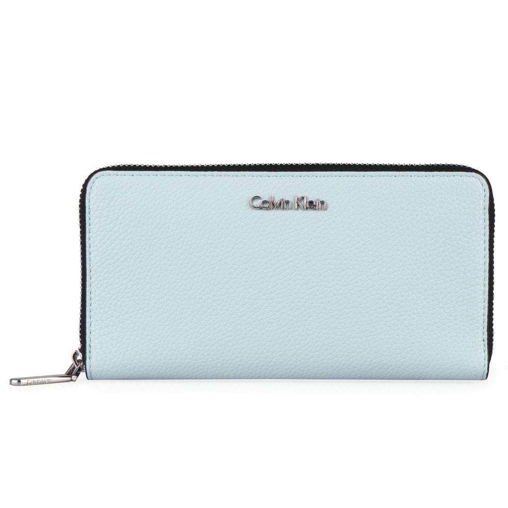 ab8cc61bc8f Prostorná dámská peněženka Calvin Klein se stane vaším věrným a  nepostradatelným společníkem.